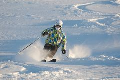 Sciando nella neve fresca della polvere Fotografie Stock Libere da Diritti