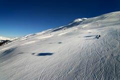 Sciando nelle alpi svizzere immagine stock