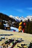 Sciando nelle alpi svizzere nei giorni e nello spettacolo di inverno Fotografia Stock