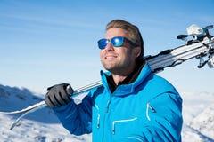 Sciando nelle montagne nevose di inverno Fotografie Stock Libere da Diritti