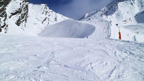 Sciando sul pendio del magnate nella località di soggiorno alpina Les si arca fotografia stock libera da diritti
