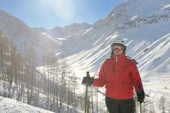 Sciando sulla neve fresca alla stagione di inverno al giorno pieno di sole Fotografia Stock