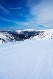 Sciando in valle dell'alta montagna è divertimento Fotografia Stock Libera da Diritti