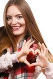 Sciarpa d'uso della donna che fa forma del cuore a mano immagini stock libere da diritti