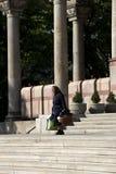 Sciarpa d'uso della donna senior che cammina giù le scale della chiesa ortodossa di St Mark fotografia stock libera da diritti