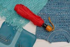 Sciarpa del turchese, ombrello rosso, blusa e borsa Immagine Stock