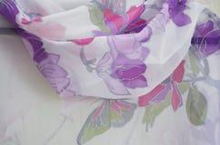 Sciarpa di seta dipinta a mano, fine su immagini stock