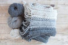 Sciarpa e filato grigi della lana Fotografia Stock
