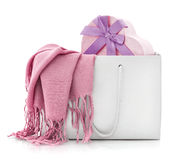 Sciarpa rosa in sacchetto della spesa con il contenitore di regalo Immagini Stock