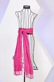 Sciarpa rosa tessuta con le frange su un manichino fotografia stock