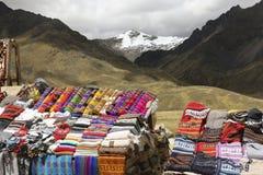 Sciarpe, cappelli nello stile tradizionale dei colori differenti sul mA Fotografie Stock Libere da Diritti