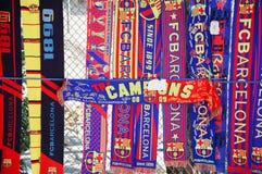 Sciarpe del FC Barcelona ad un negozio ufficioso della via Fotografie Stock