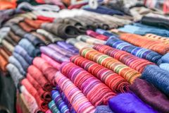 Sciarpe dell'alpaga da vendere al mercato immagine stock