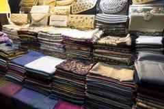 Sciarpe orientali variopinte ed accessori sullo scaffale dei bazaar's immagini stock