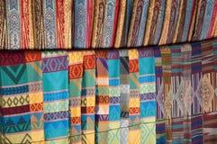 Sciarpe tessute da vendere nel mercato turistico del collo di Karen del locale del villaggio lungo della tribù fotografie stock