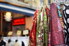 Sciarpe variopinte vendute sotto il nome di ricordo delle mercanzie nel mercato di Chinatown Fotografie Stock Libere da Diritti