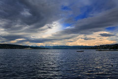 Sciato variopinto e un lago Fotografie Stock