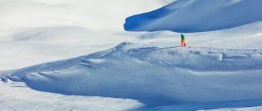 Sciatore alpino Freerider che cammina nella neve fresca Fotografia Stock