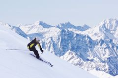 Sciatore in alte montagne Fotografie Stock Libere da Diritti
