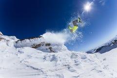Sciatore in alte montagne. Immagine Stock