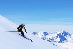 Sciatore in alte montagne Fotografie Stock