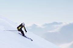 Sciatore in alte montagne Immagini Stock Libere da Diritti