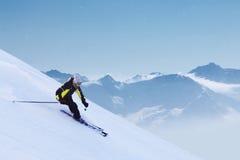 Sciatore in alte montagne Immagine Stock