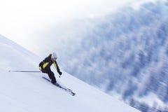 Sciatore in alte montagne Immagini Stock