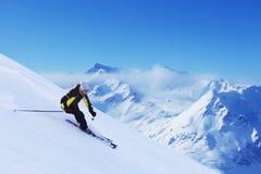 Sciatore in alte montagne Fotografia Stock Libera da Diritti