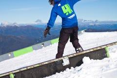 Sciatore in alte montagne - alpine Immagine Stock