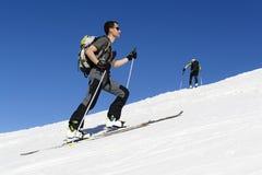 Sciatore che sale alla cima Fotografia Stock Libera da Diritti