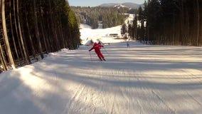 Sciatore che scende la pista in Bukovel stock footage