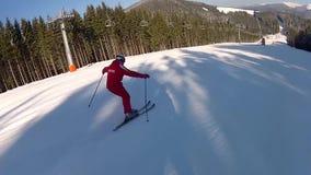 Sciatore che scende la pista in Bukovel video d archivio
