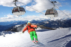 Sciatore che scia in discesa in alte montagne Immagini Stock Libere da Diritti