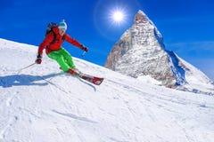 Sciatore che scia in discesa in alte montagne, il Cervino, Svizzera Fotografia Stock