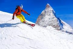 Sciatore che scia in discesa in alte montagne, il Cervino, Svizzera Fotografie Stock Libere da Diritti