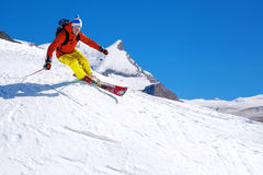 Sciatore che scia in discesa in alte montagne, il Cervino, Svizzera Immagine Stock
