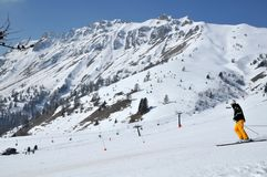 Sciatore che scia in discesa su una pista blu in Passo Pordoi, Italia Immagini Stock