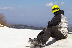 Sciatore che si siede sulla neve Ultimo giorno a Vasilitsa Ski Resort Fotografie Stock Libere da Diritti