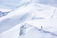 Sciatore che sta sulla cima, neve fotografia stock