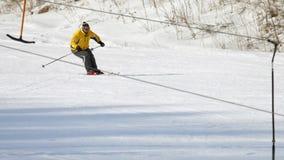 Sciatore dell'uomo che corre in discesa video d archivio