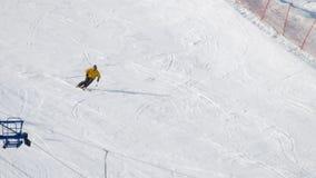 Sciatore dell'uomo che corre in discesa stock footage