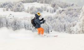 Sciatore dell'uomo che corre in discesa sulla pista della neve Immagini Stock Libere da Diritti