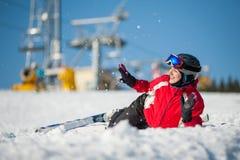 Sciatore della donna con lo sci alla località di soggiorno del winer nel giorno soleggiato Immagini Stock