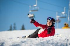 Sciatore della donna con lo sci alla località di soggiorno del winer nel giorno soleggiato Immagine Stock Libera da Diritti
