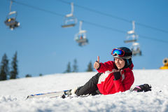 Sciatore della donna con lo sci alla località di soggiorno del winer nel giorno soleggiato Fotografia Stock