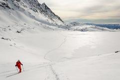 Sciatore di alpinismo dello sci sul pendio in valle di Furkotska Immagine Stock