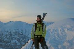 Sciatore di freeride della ragazza, riposante sulla cima della collina, prima Immagine Stock