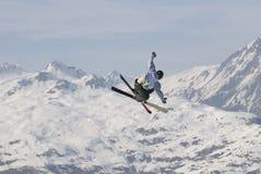 Sciatore di stile libero negli archi dei les. Fotografia Stock