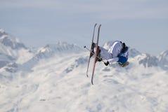 Sciatore di stile libero negli archi dei les Fotografia Stock